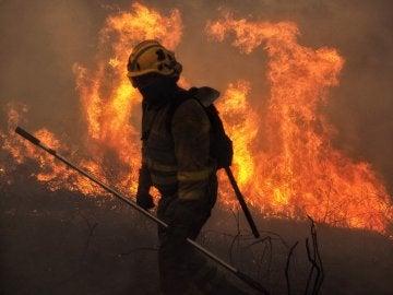 Las llamas avanzan en la localidad de Constante, Lugo