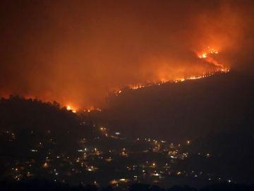 Uno de los treinta incendios forestales que arrasan la comunidad gallega se acerca al municipio de Redondela