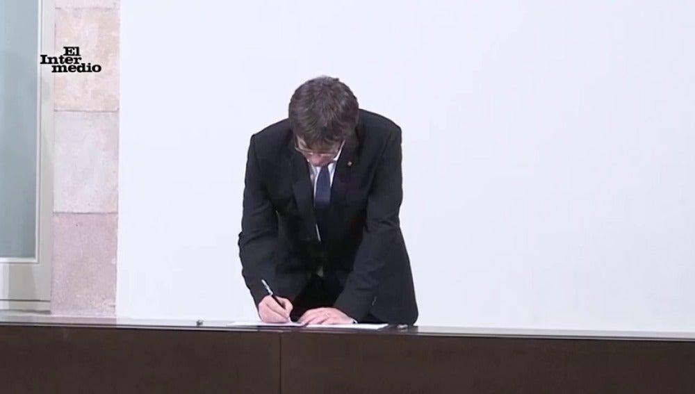 Carles Puigdemont firmando