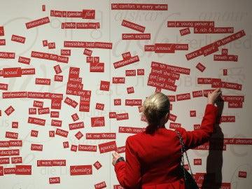Una mujer arranca una palabra en la expo 'Sexual Nature'