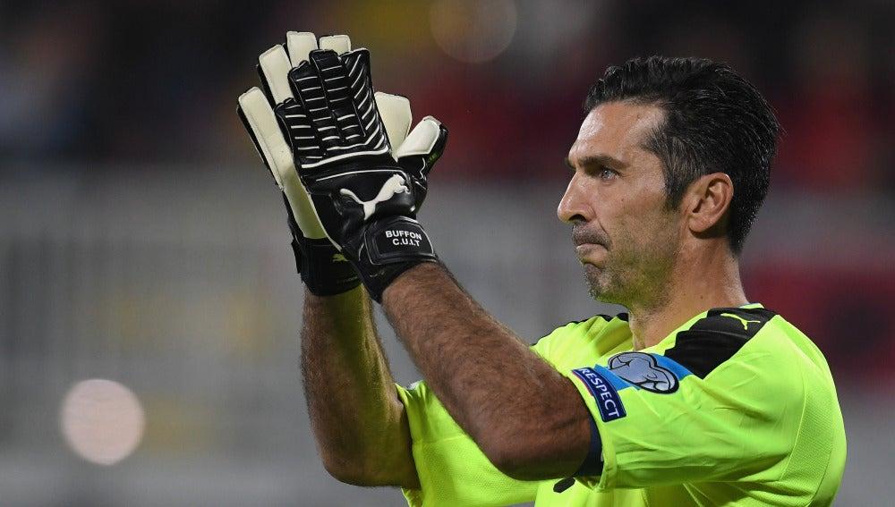 Buffon aplaude a los aficionados tras un partido con la selección italiana