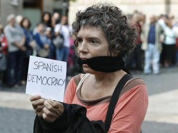 Una mujer durante la concentración que se ha celebrado en la plaza de Sant Jaume