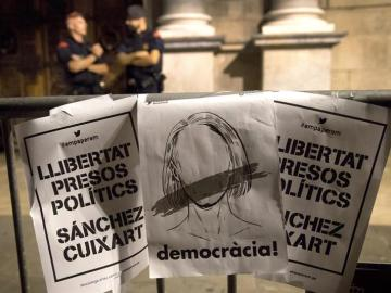 Carteles protestan contra la entrada en prisión de Sànchez y Cuixart