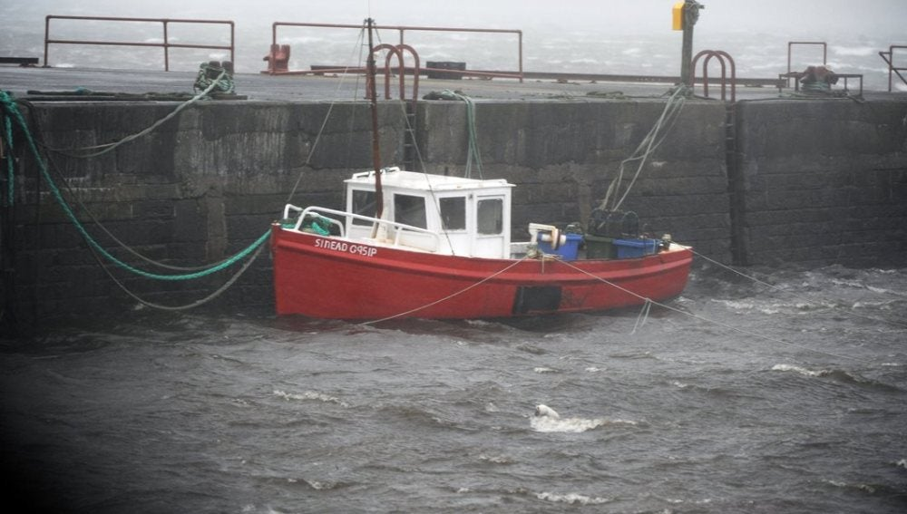 Vista de un barco amarrado a un muelle en el condado de Clare, en la costa atlántica irlandesa