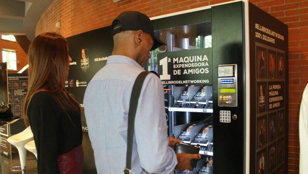 Así es la primera máquina expendedora de amigos