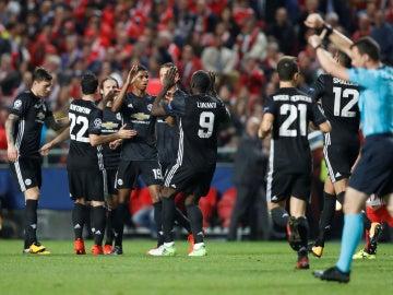 Rashford celebra su gol contra el Basilea con sus compañeros
