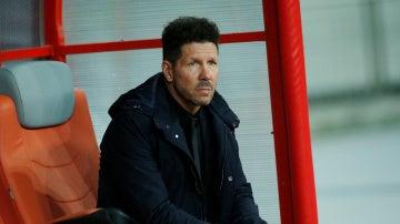 Simeone, en el banquillo durante el Qarabag - Atlético de Madrid