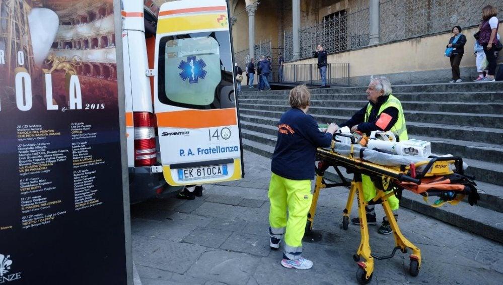 Servicios de Emergencias frente a la basílica en la que ha muerto un turista español