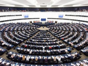 Miembros del Parlamento Europeo votan durante una sesión (Archivo)
