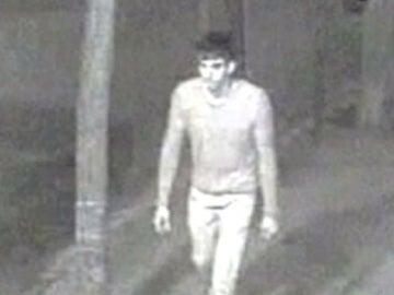 Imagen del violador del cúter caminando por la calle (Archivo)