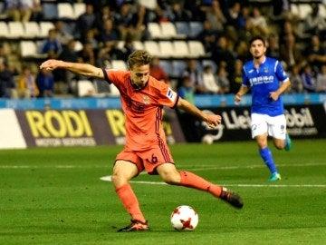 Canales pasa el balón en un partido con la Real Sociedad