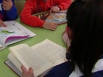 Varios alumnos leyendo