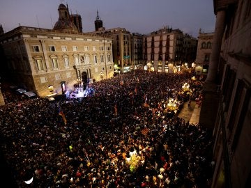 Miles de personas celebran la declaración unilateral de independencia en plaza Sant Jaume de Barcelona
