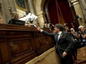 Carles Puigdemont entrega su voto a la Mesa del Parlament