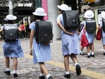 Varias estudiantes japonesas en la calle