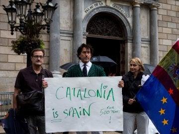Álvaro de Marichalar protestando ante el Palau de la Generalitat