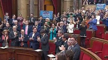 Aplausos tras la votación a favor de la DUI