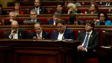 Carles Puigdemont y Oriol Junqueras en el Parlament