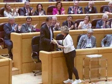 Mariano Rajoy, presidente del Gobierno, y Mireia Cortés, senadora de ERC, en el Senado