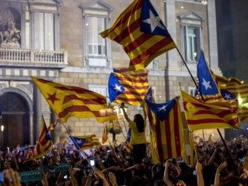 Miles de personas se concentran en la Plaza de Sant Jaume de Barcelona