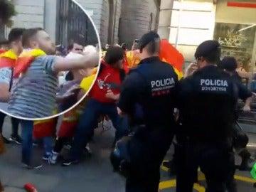Incidentes violentos aislados en las inmediaciones de la Generalitat tras la manifestación por la unidad de España