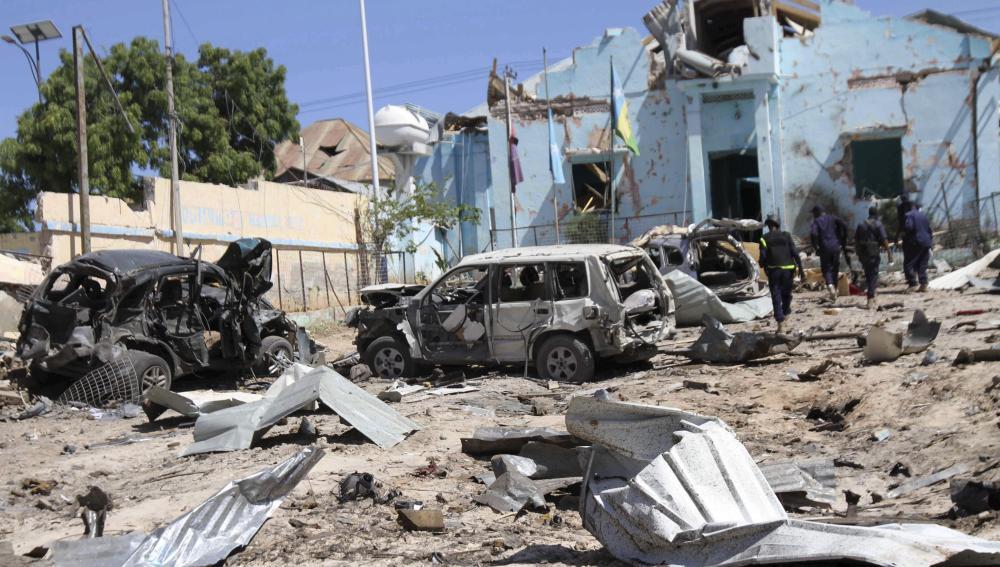 Varios coches destruidos en el escenario de un atentado con coche bomba en Mogadiscio