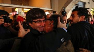 Puigdemont abraza a un ciudadano en Girona