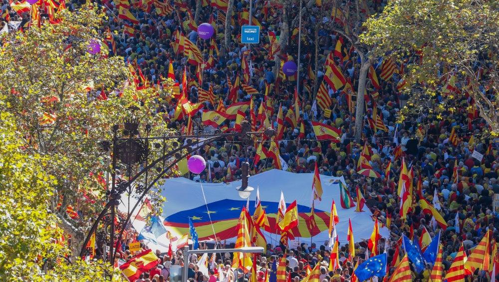 España y Cataluña unidos en un corazón en una de las pancartas