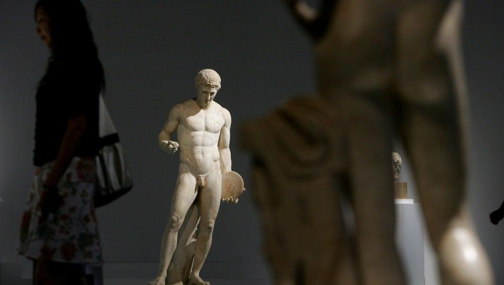 'Androphile' (andrófilo) nace a partir del prefijo 'andro' (hombre), y 'phile' (amor)