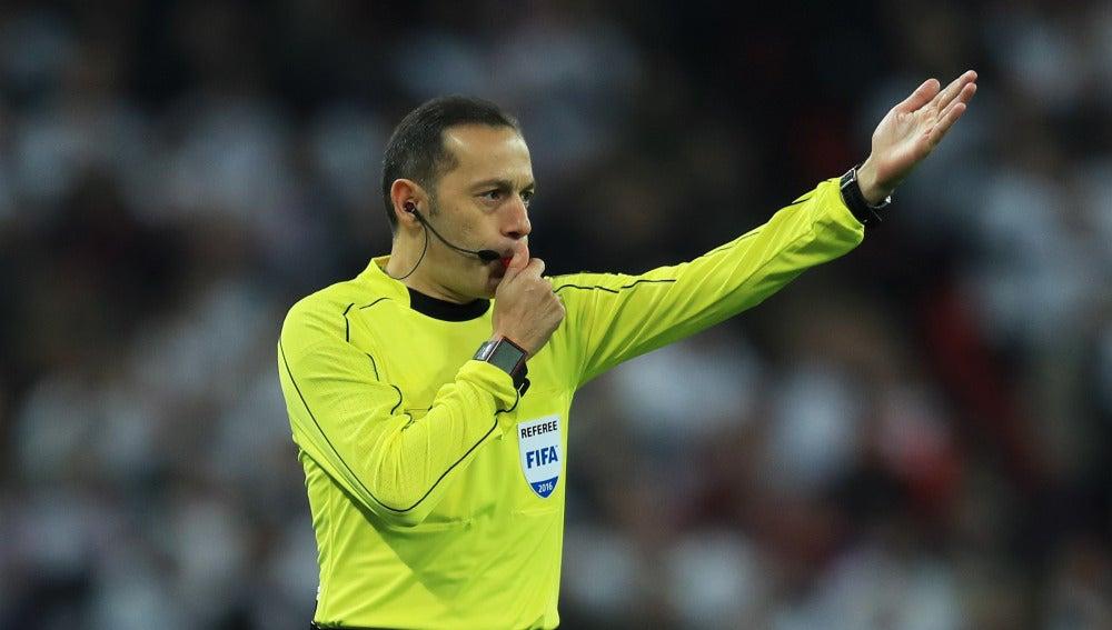 Cüneyt Cakir, en un partido de la fase de clasificación para el Mundial 2018