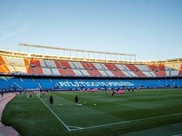 El Atlético de Madrid entrena en el Vicente Calderón