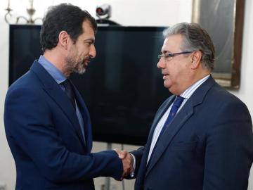 El ministro del Interior, Juan Ignacio Zoido, y el nuevo jefe de los Mossos d´Esquadra, el comisario Ferran López