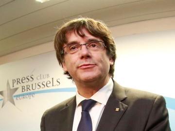 El expresidente de la Generalitat de Cataluña Carles Puigdemont posan en el interior del club de la prensa de Bruselas