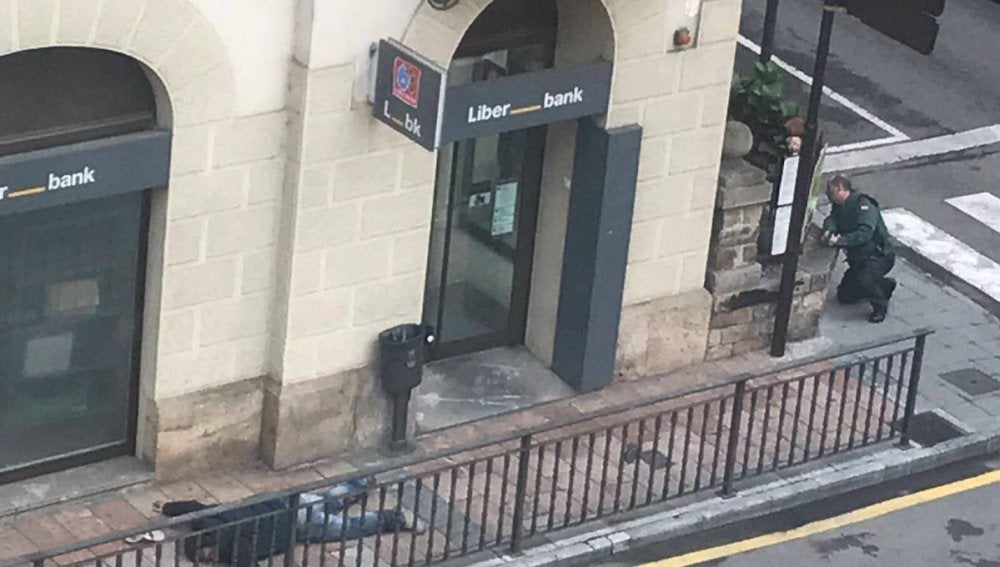 Tiroteo en el centro de Cangas de Onís por un atraco a una sucursal bancaria
