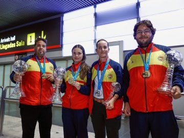 Los cuatro componentes de la selección española de tiro en el aeropuerto de Barajas