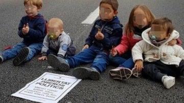 Imagen de niños en la carretera durante la huelga del 8 de noviembre en Cataluña