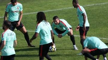 Los jugadores de la selección portuguesa se ejercitan