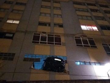 Parte trasera del vehículo, fuera del edificio