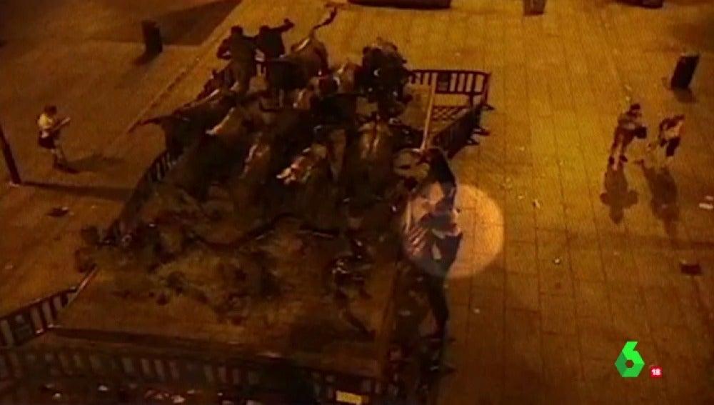 'La Manada' intentando ligar con unas chicas y la joven madrileña derrumbada en un banco: las grabaciones de las cámaras de seguridad tras la presunta violación múltiple