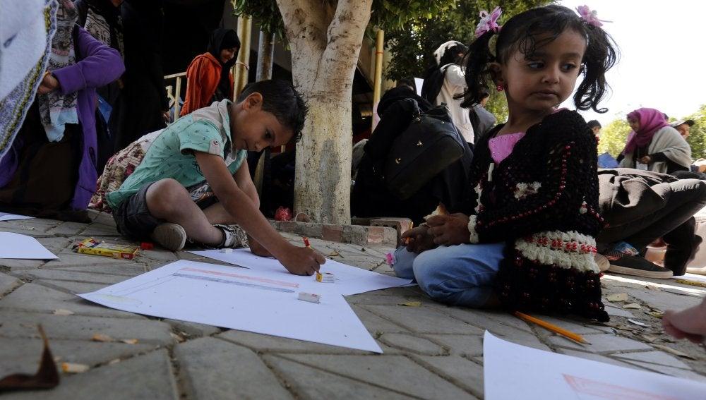 Varios niños en una calle de Yemen