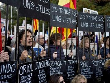 Un momento de la manifestación para exigir la libertad de Jordi Sánchez, Jordi Cuixart y los miembros del Govern cesados que han sido encarcelados.