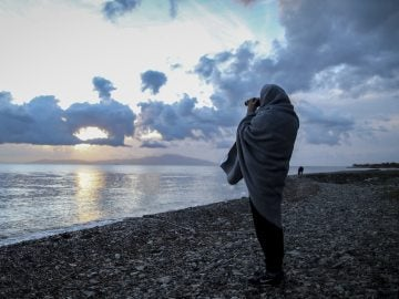 Imagen de archivo de un hombre buscando una patera desaparecida en Lesbos