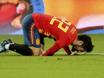 Isco se queja tras una dura entrada en el partido de la Selección