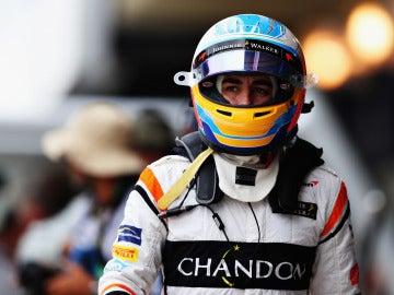 Fernando Alonso pasea por el paddock con el casco