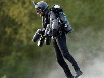 Un científico inglés, conocido como 'Iron Man', consigue volar con un traje de propulsión