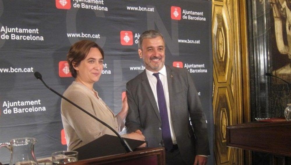 Ada Colau posa junto a Jaume Collboni