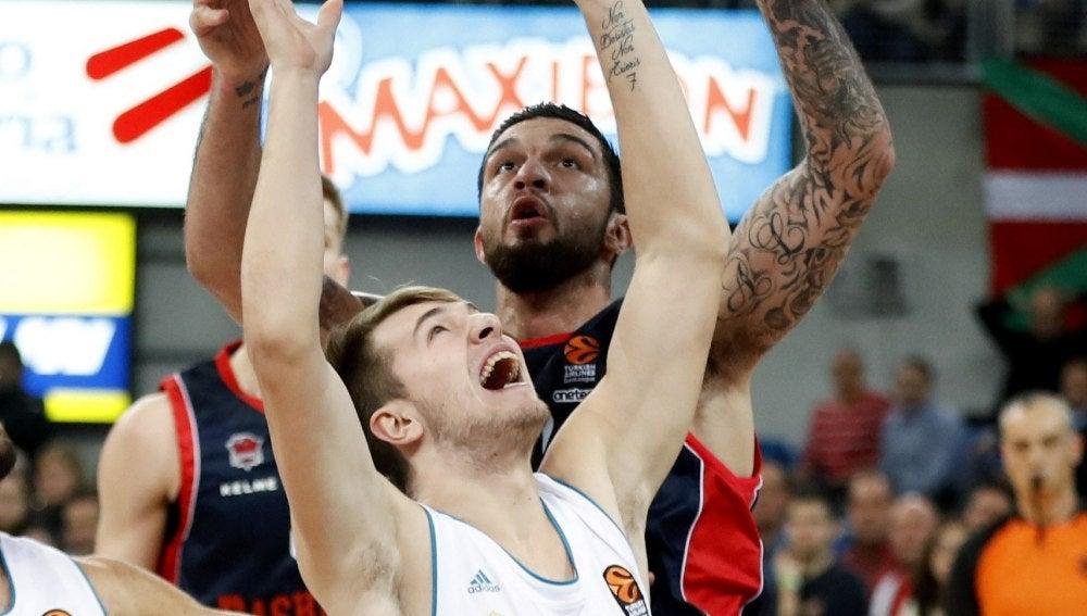 Poirier y Doncic pelean por un rebote
