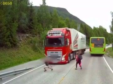 Momento en el que el camión casi atropella al niño.