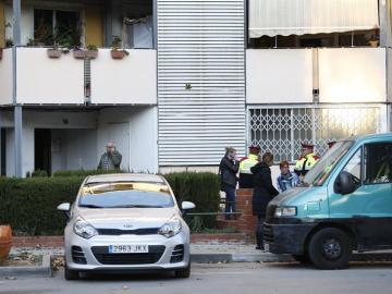 Los Mossos d'Esquadra en el piso de Badia del Vallès en el que se encontraron los cuerpos