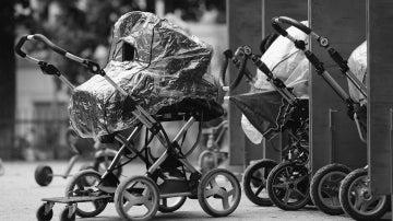 Carritos de bebé fuera de una guardería